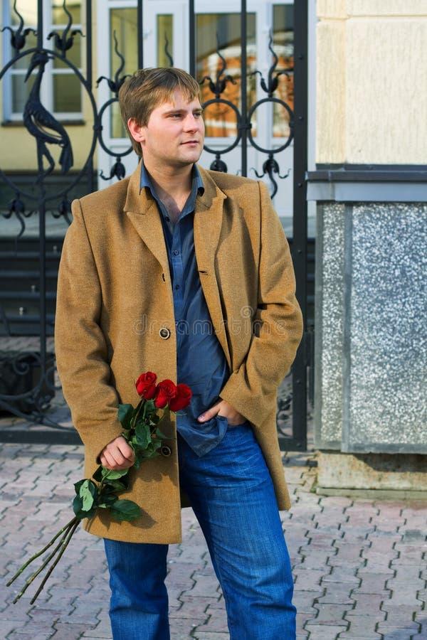 Junger Mann mit Rosen. lizenzfreies stockfoto