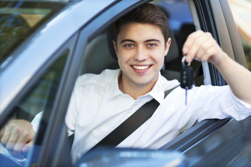 Junger Mann mit Schlüsseln zum Neuwagen lizenzfreies stockfoto