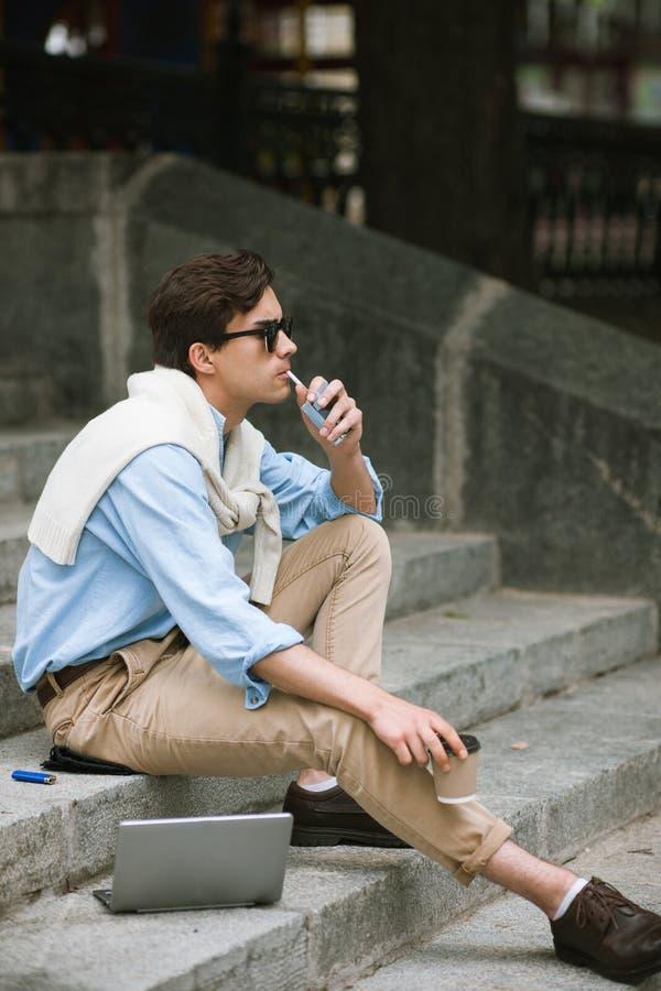 Junger Mann mit schlechten Gewohnheiten Moderne Jugend stockfotografie