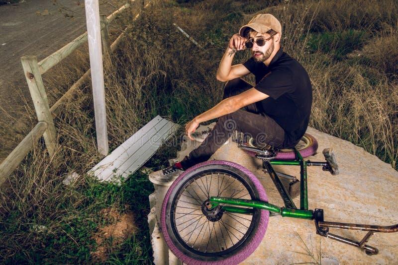 Junger Mann mit seinem bmx Fahrrad stockfotos