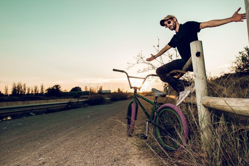 Junger Mann mit seinem bmx Fahrrad stockbild
