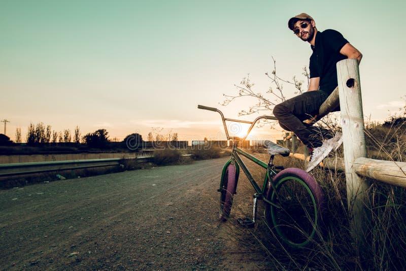 Junger Mann mit seinem bmx Fahrrad stockfotografie