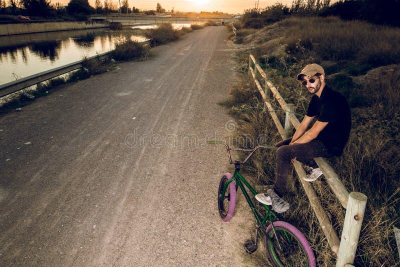 Junger Mann mit seinem bmx Fahrrad lizenzfreies stockfoto