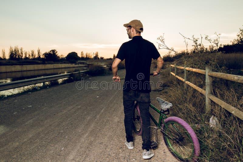 Junger Mann mit seinem bmx Fahrrad stockbilder