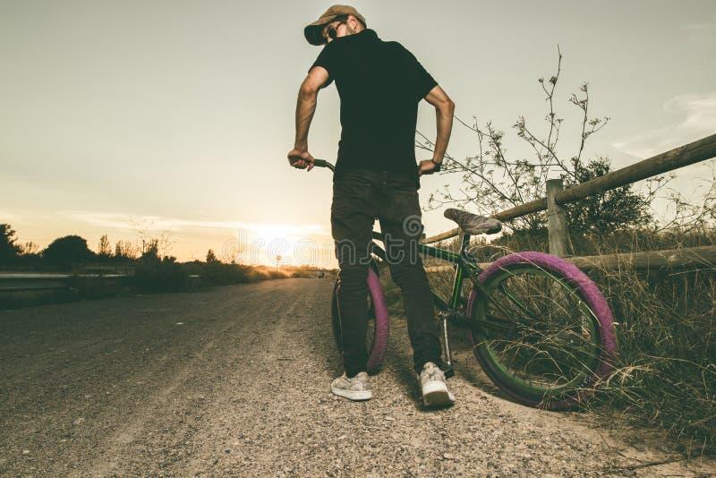 Junger Mann mit seinem bmx Fahrrad lizenzfreies stockbild