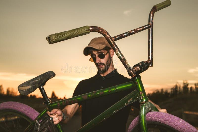 Junger Mann mit seinem bmx Fahrrad stockfoto