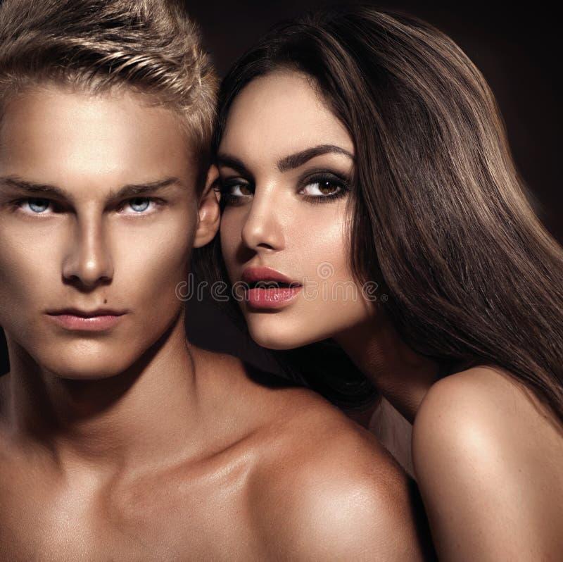 Junger Mann mit seiner Freundinaufstellung lizenzfreies stockbild