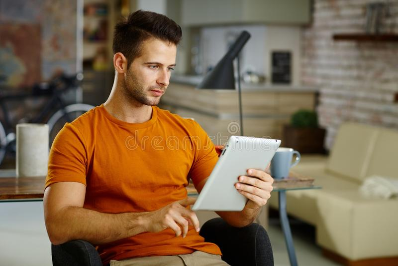 Junger Mann mit Tablette stockbild