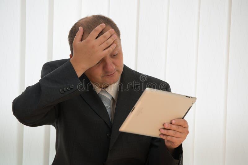 Download Junger Mann Mit Tablette-PC Stockbild - Bild von klage, kahl: 26363877