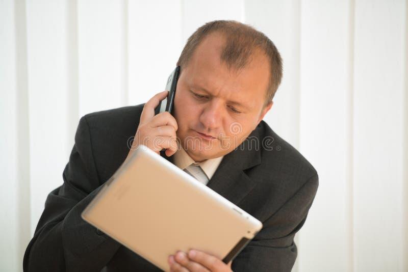 Download Junger Mann Mit Tablette-PC Stockfoto - Bild von tablette, arbeit: 26369830