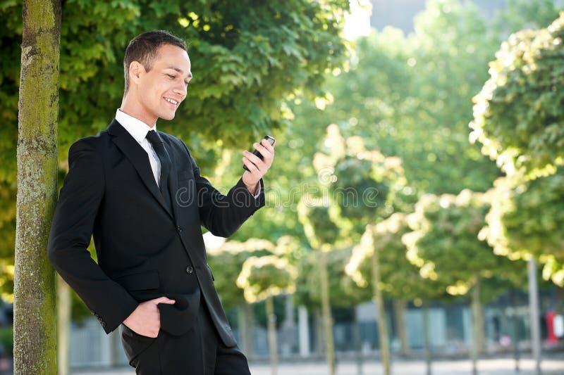 Download Junger Mann Mit Telefon Im Park Stockfoto - Bild von geschäftsmann, cellphone: 26372296