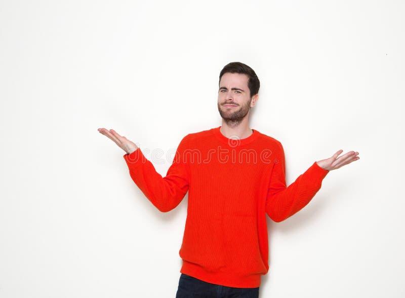 Junger Mann mit unsicherem Ausdruck lizenzfreie stockbilder