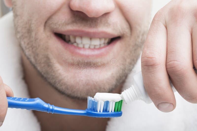 Junger Mann mit Zahnbürste lizenzfreie stockfotos