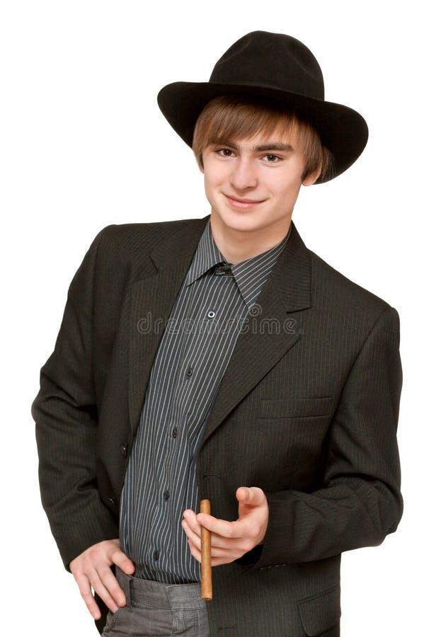 Junger Mann mit Zigarre im Hut stockbild