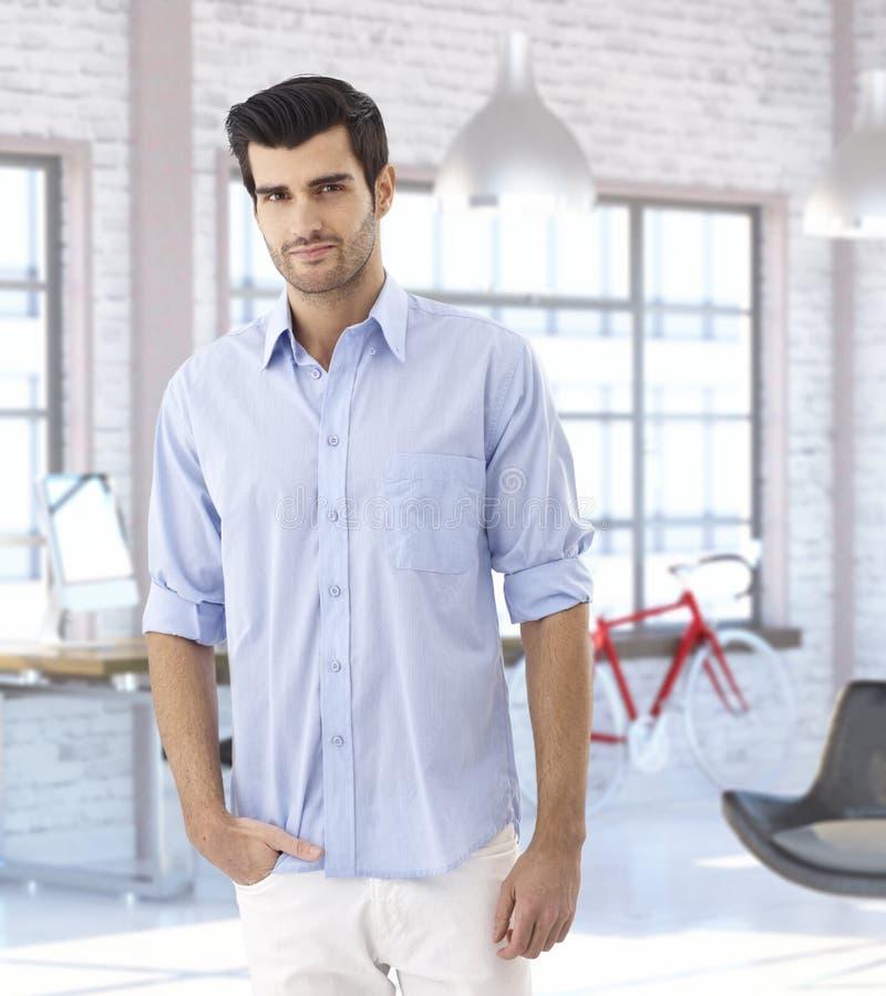 Junger Mann am modischen modernen Haus stockfoto