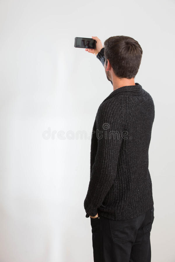 Junger Mann nimmt ein Selbstporträt stockbild