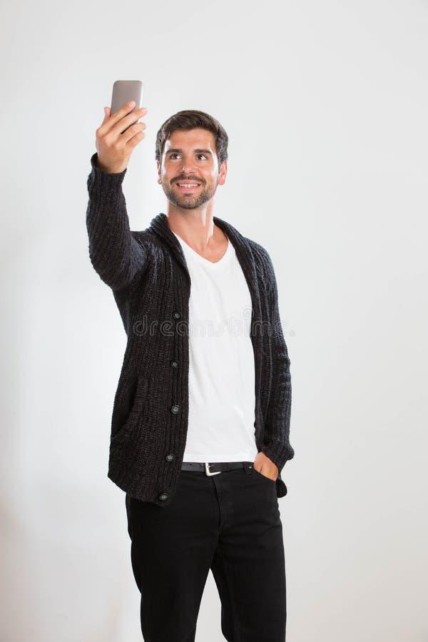 Junger Mann nimmt ein Selbstporträt stockbilder