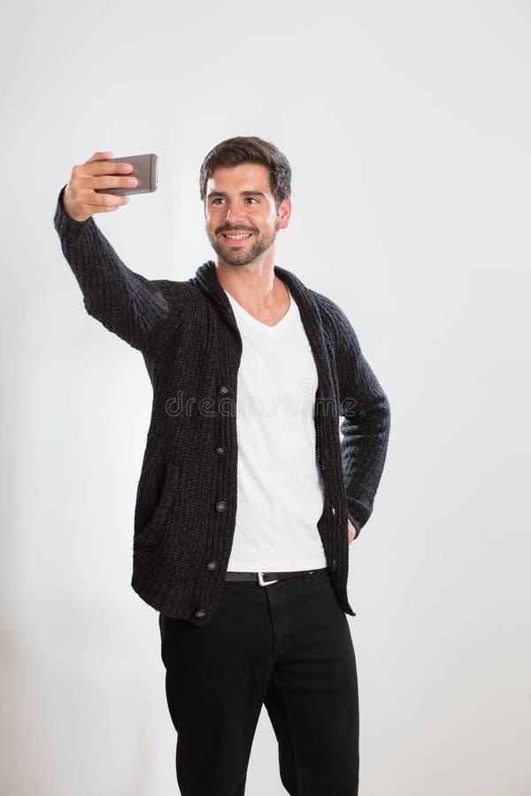 Junger Mann nimmt ein Selbstporträt lizenzfreie stockfotos