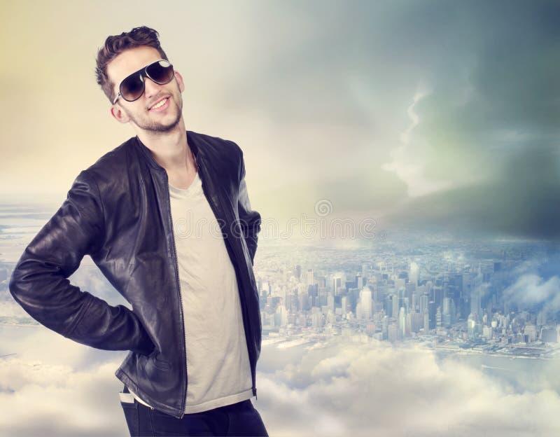 Junger Mann oben auf die Stadt lizenzfreie stockfotos