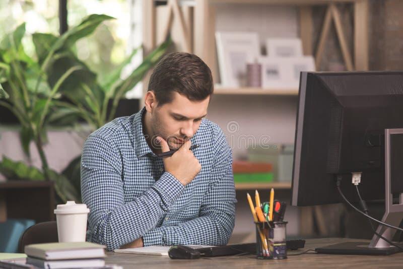 Junger Mann-Programmierer-Computer Technology Work-Konzept stockfoto