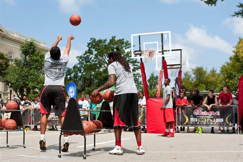 Junger Mann schießt drei Zeiger Straßen-Basketball-Turnier im im Freien lizenzfreies stockbild