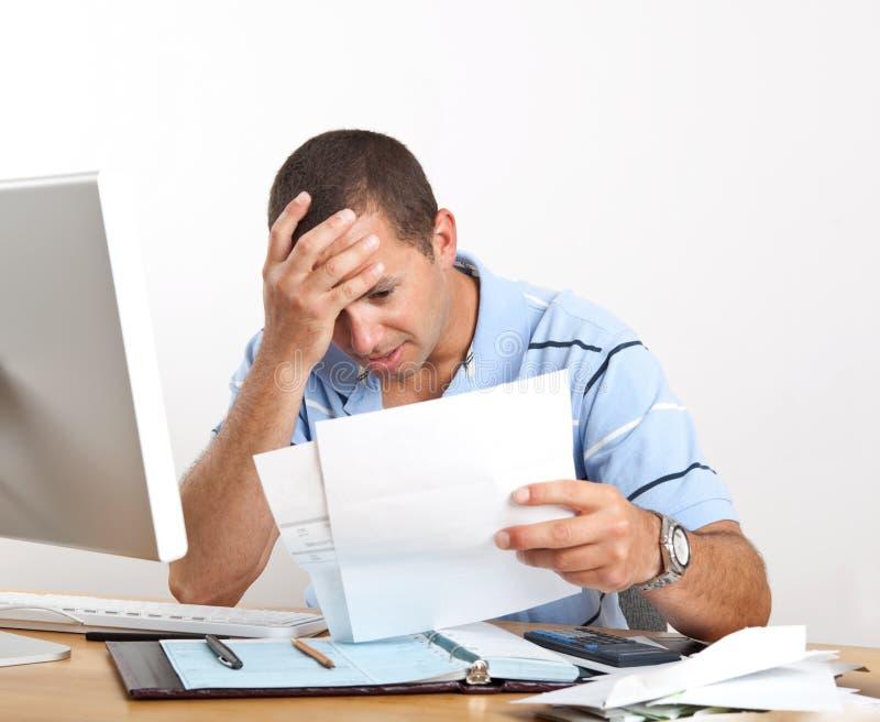 Junger Mann sorgte sich um Rechnungen stockbilder