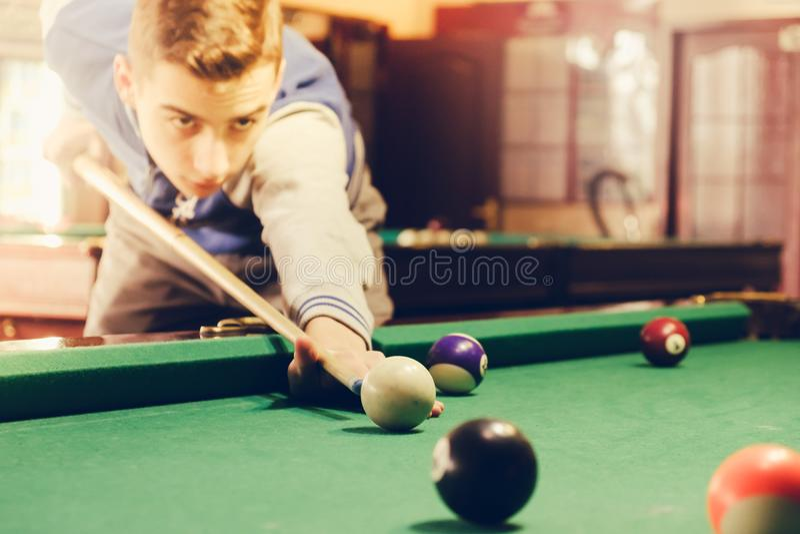 Junger Mann spielt Billard liebhabereien stockbild