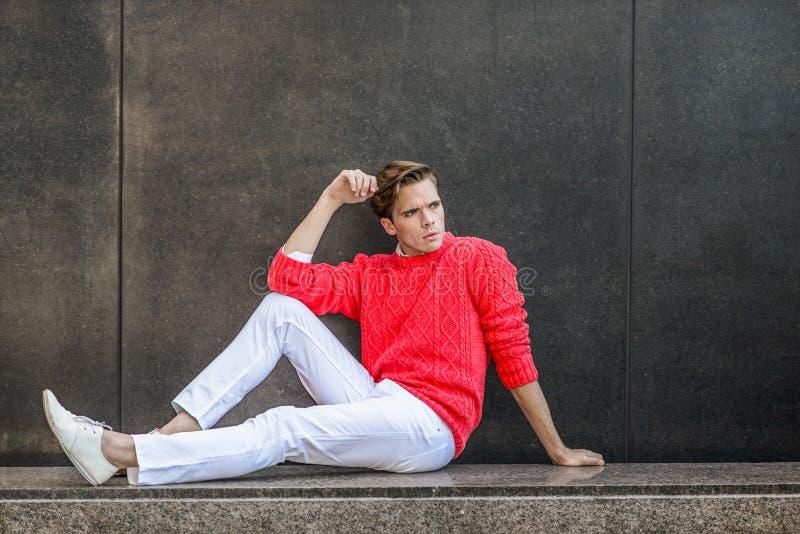 Junger Mann-städtische zufällige Mode lizenzfreie stockfotos