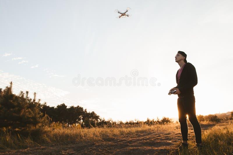 Junger Mann steuerndes rc Drohne im Freien, freier Raum stockfotografie