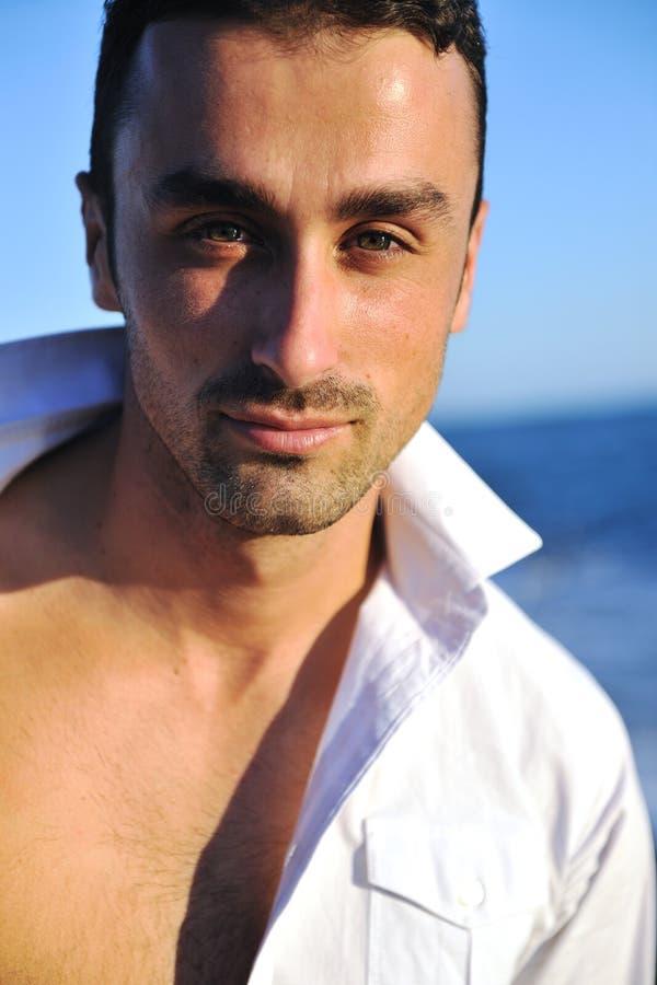 Junger Mann am Strand stockbilder