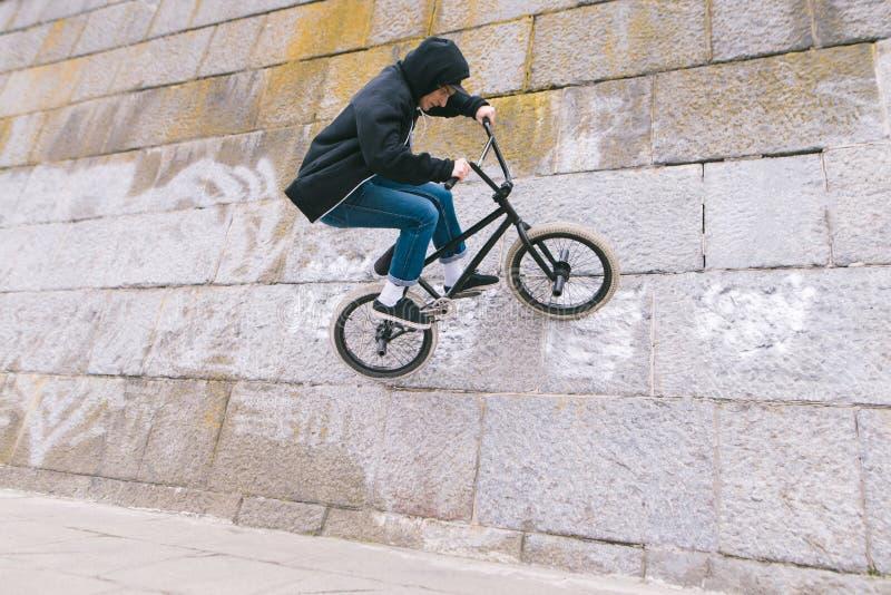 Junger Mann tut Tricks auf BMX BMX-Freistil lizenzfreies stockfoto