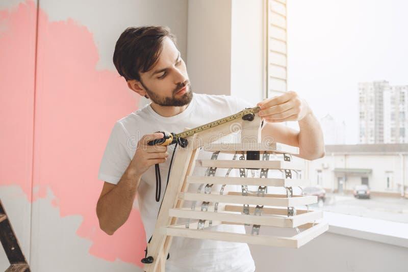 Download Junger Mann Tut Wohnung Repairment Selbst Zuhause Stockfoto - Bild von maß, liebhaberei: 96930020