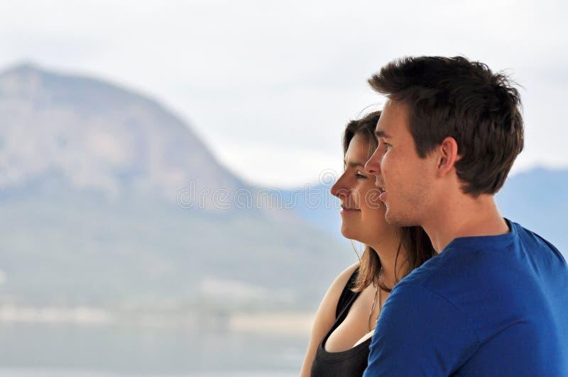 Junger Mann u. Frau, die am Feiertag lächeln stockfoto