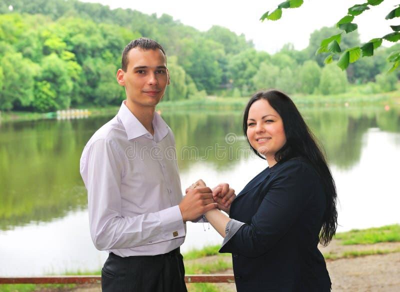 Junger Mann und Frau, die auf dem Ufer des Sees steht. stockbild