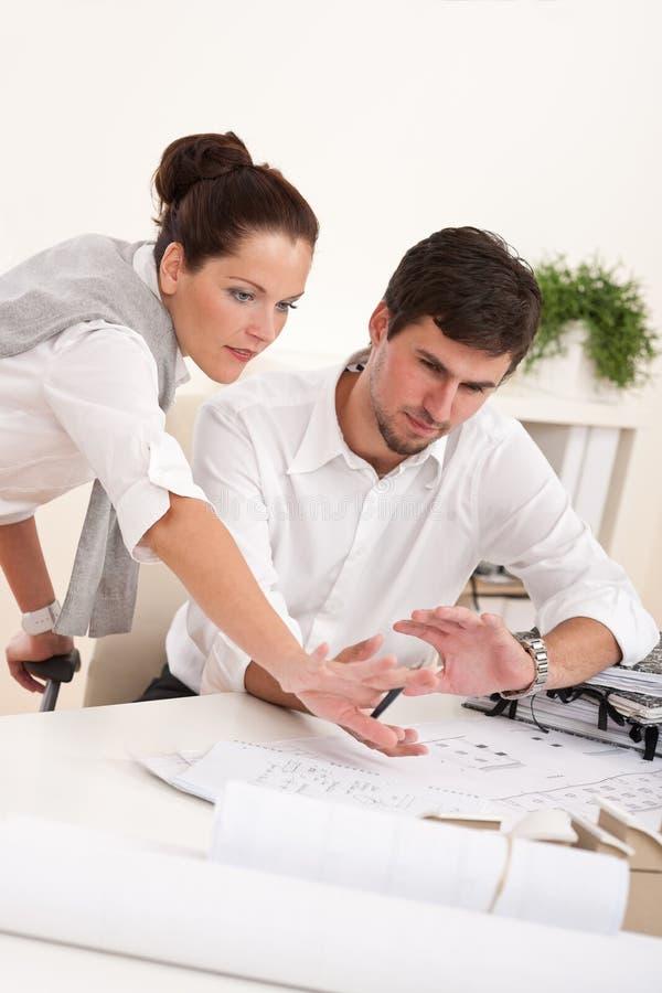 Junger Mann und Frau, die zusammenarbeitet lizenzfreies stockbild