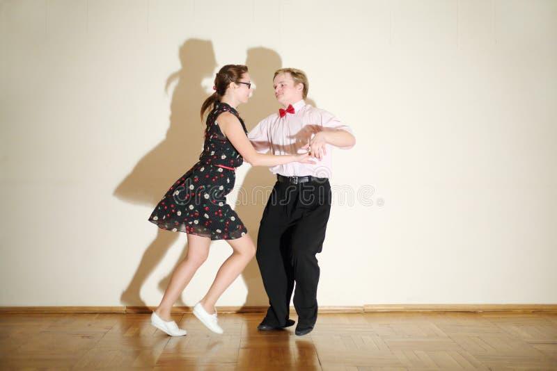 Junger Mann Und Frau Im Kleid Tanzen An Der Boogie-Woogie-Partei. Stockbilder