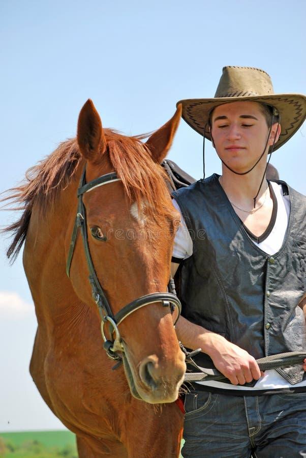 Junger Mann und Pferd stockbild