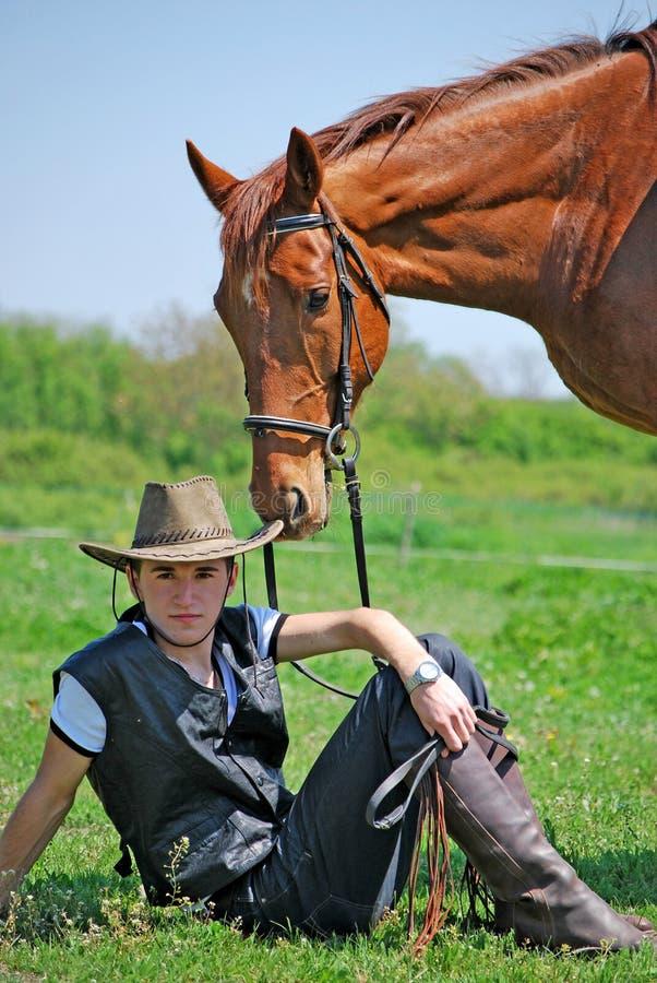 Junger Mann und Pferd stockfotografie