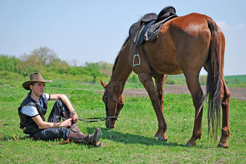 Junger Mann und Pferd stockbilder