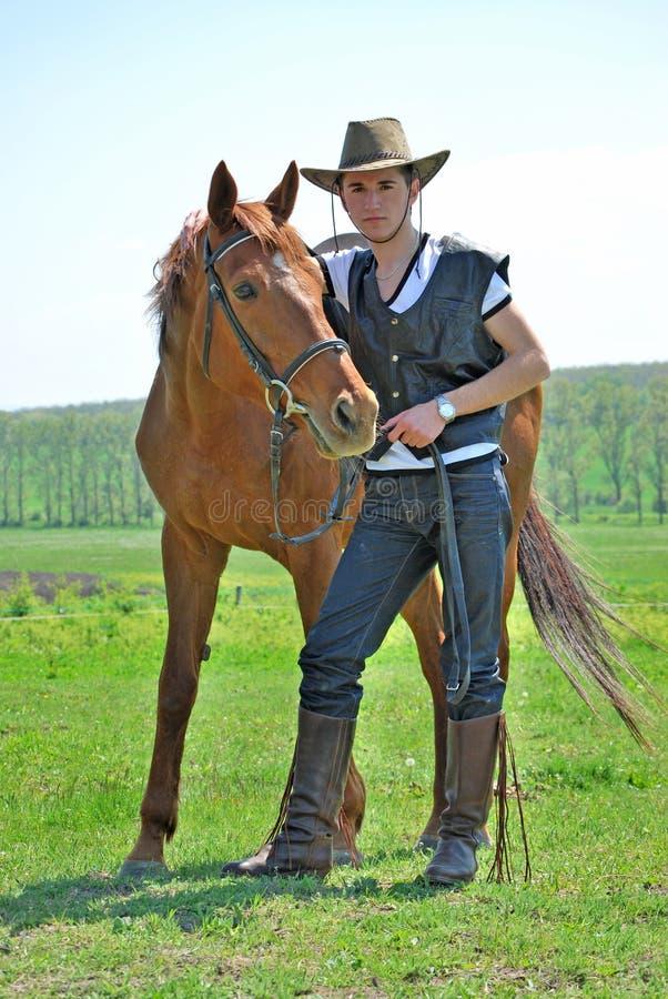 Junger Mann und Pferd lizenzfreie stockbilder