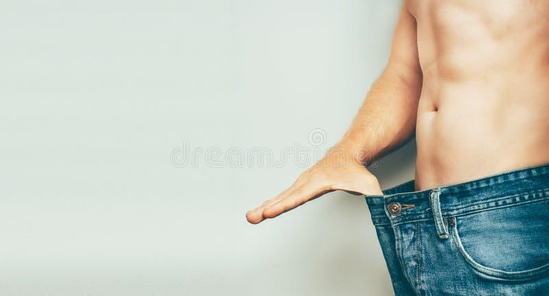Junger Mann verlieren Gewicht, Diät-gesundes Lebensmittel-Konzept lizenzfreies stockfoto