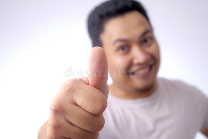 Junger Mann-Vertretung greift herauf Geste O.K. Zeichen ab stockfoto