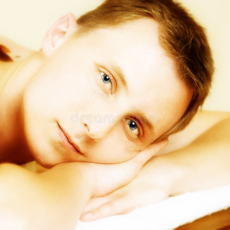 Junger Mann während einer Massage stockbilder