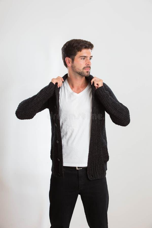 Junger Mann wirft in einem Studio auf stockbilder