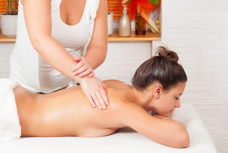 Junger Massagetherapeut, der hintere Massage gibt lizenzfreie stockfotografie