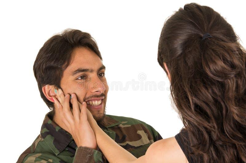 Junger Militärsoldat kommt zurück, um seine Frau zu treffen stockbilder