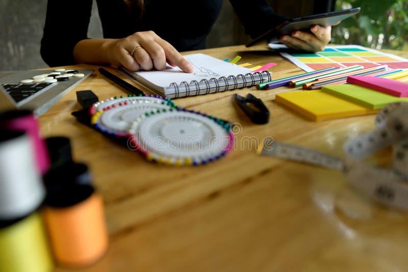 junger Modedesigner arbeiten auf dem Tisch stockfoto