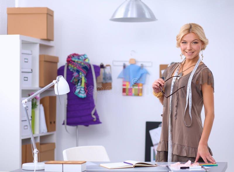 Junger Modedesigner, der am Studio arbeitet lizenzfreies stockfoto
