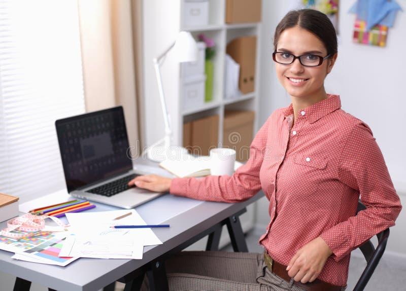 Junger Modedesigner, der am Studio arbeitet stockbilder