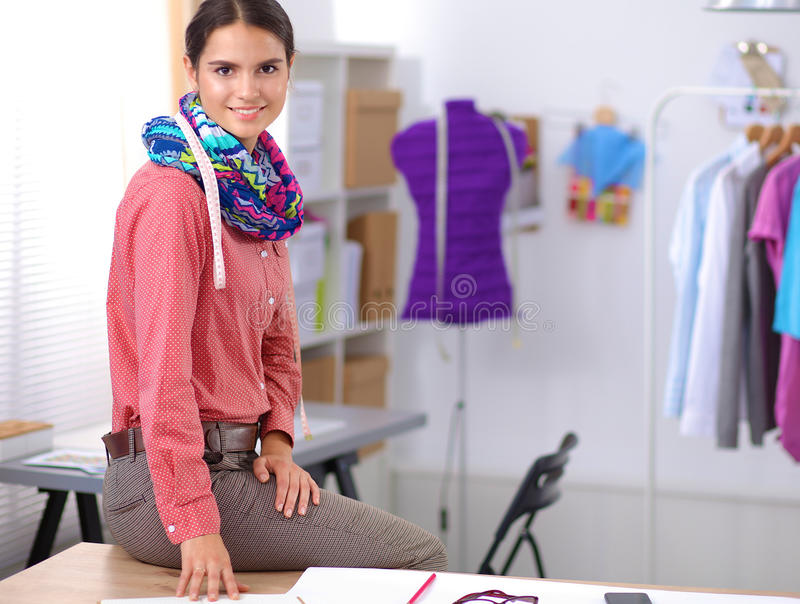 Junger Modedesigner, der am Studio arbeitet lizenzfreie stockfotografie